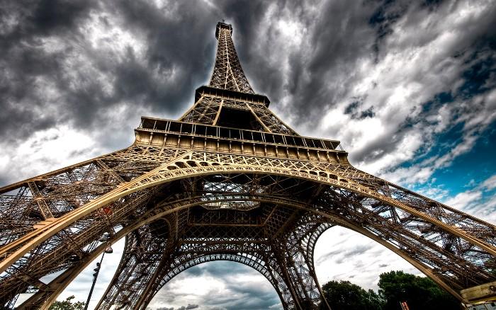 А Эйфелева башня, оказывается, разноцветная. /Фото: navro.org