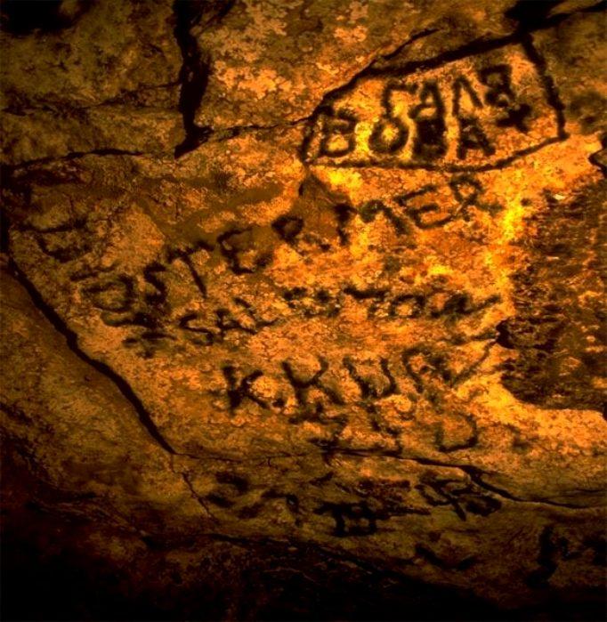 Надписи, найденные на потолке пещеры. /Фото: ichi.pro