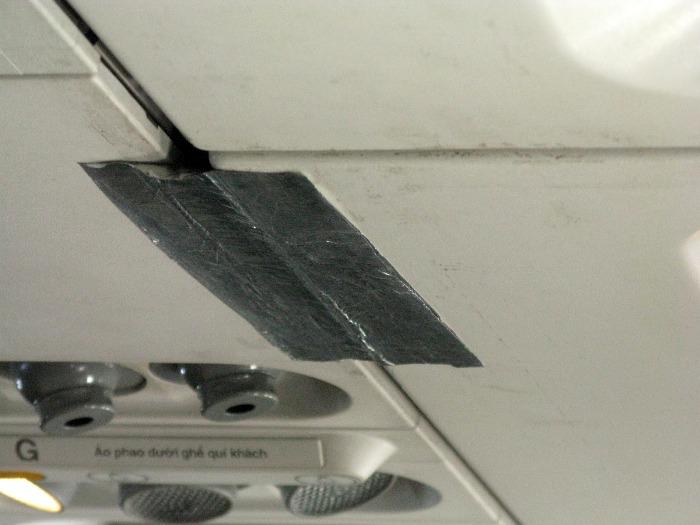 Серьезные проблемы в лайнере скотчем не справляют. /Фото: blogspot.com