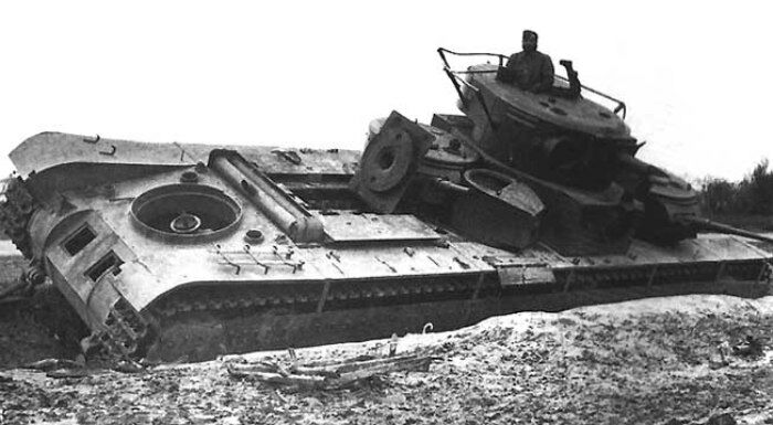 Т-35, брошенный советскими войсками. Западная Украина, июль 1942 года. /Фото: wikipedia.org