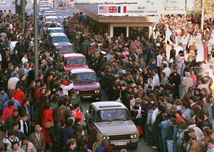 Трабанты на пути в Западную Германию, 1989 год. /Фото: hisrory.com
