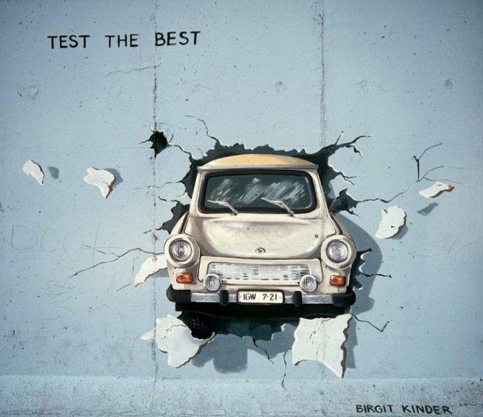 Граффити, где Траби пробивает Берлинскую стену, 1990 год. /Фото: terraoko.com