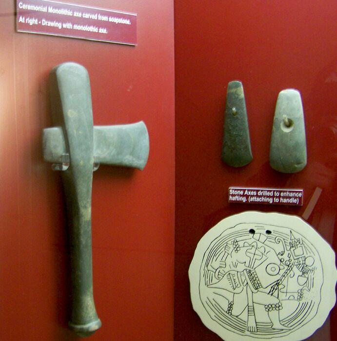 Церемониальный монолитный и клиноподобный каменные топоры культуры Миссисипи. /Фото: wikipedia.org