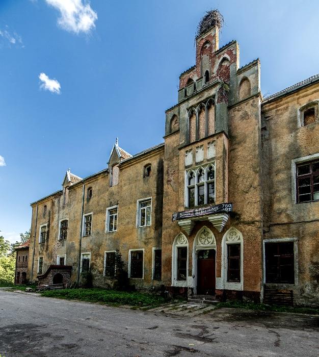 Глядя на этот дом, трудно представить, что он является средневековым замком. /Фото: ambertour.ru