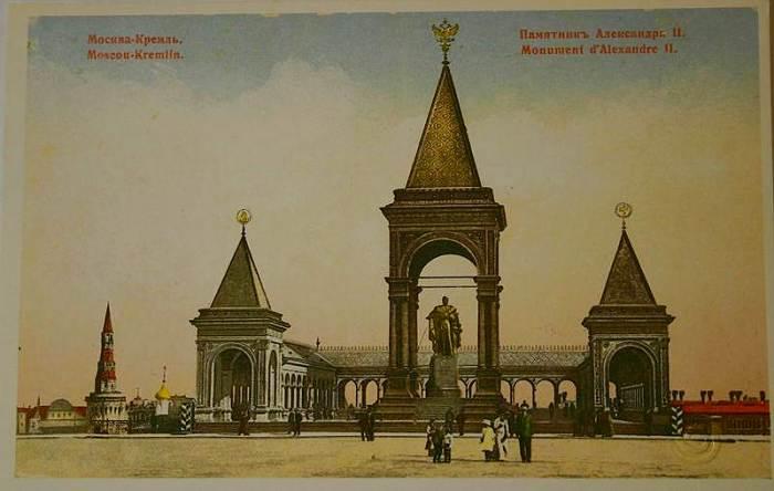 Памятник Александру ІІ на открытках начала ХХ века. /Фото: kommersant.ru