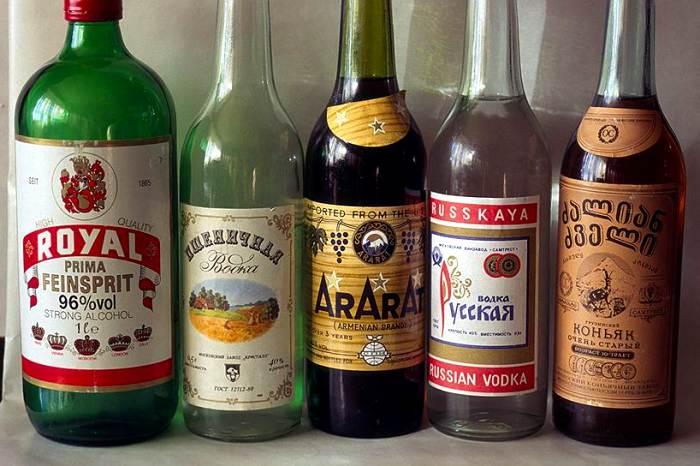 Чего-чего, а горячительных напитков в 90е было много, но многие же там и остались. /Фото: coins.lave.ru