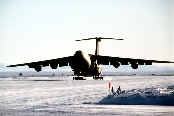 Вечные льды также приспособили под взлетно-посадочную полосу. /Фото: telegraf.com.ua