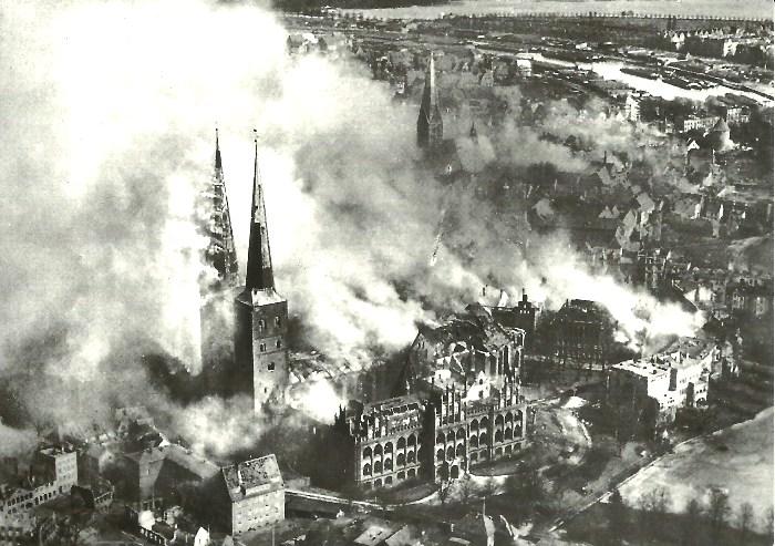 Пылающий после бомбежек Любек, 1942 год. /Фото: kerrytravels.co.za