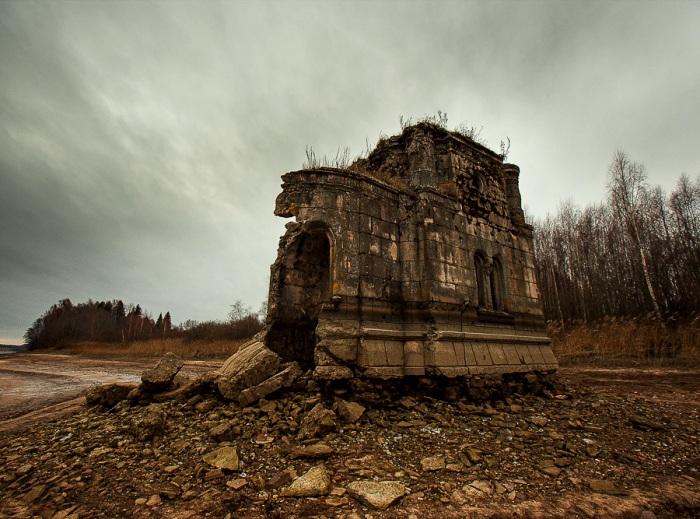 Когда вода отступает, до часовни можно дойти пешком. /Фото: livejournal.com