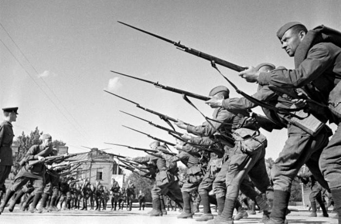 Красноармейцы во время обучения, август 1941 год. /Фото: wikipedia.org