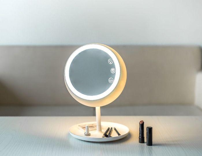 Зеркало, которому найдется место на столике современной модницы. /Фото: thegadgetflow.com