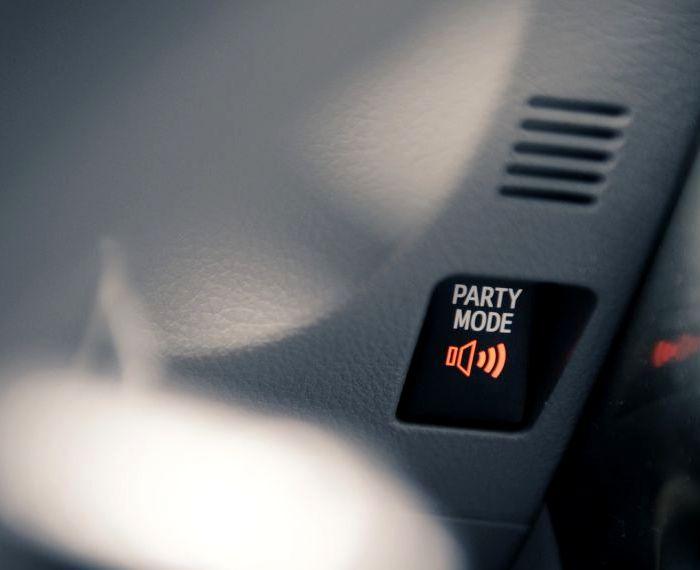 Оригинальное название для кнопки переключения звука. /Фото: auto123.com