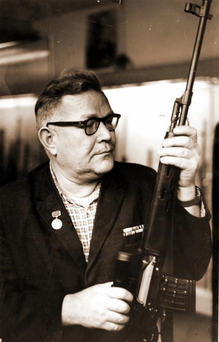 Легендарный конструктор со своим творением. /Фото: vignette.wikia.nocookie.net