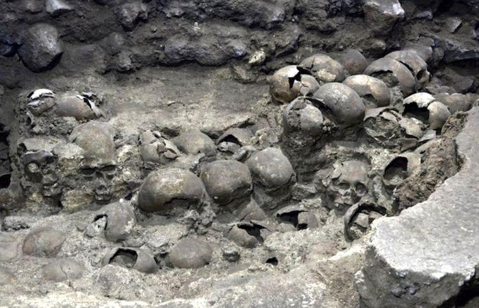 Изучение башни черепов продолжаются и сегодня. /Фото: bbc.com