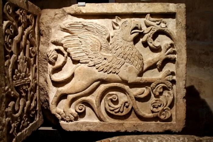 Изображение крылатого льва (грифона) на сохранившемся фрагменте ворот. /Фото: wikiрedia.org