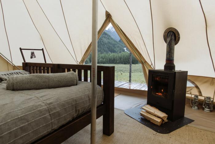 Палатки в этом месте только выглядят обыкновенными. /Фото: welcometimes.ru