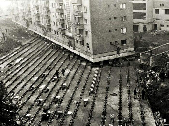 Перенос домов на улице Горького в Москве, 1935 год. /Фото: histrf.ru
