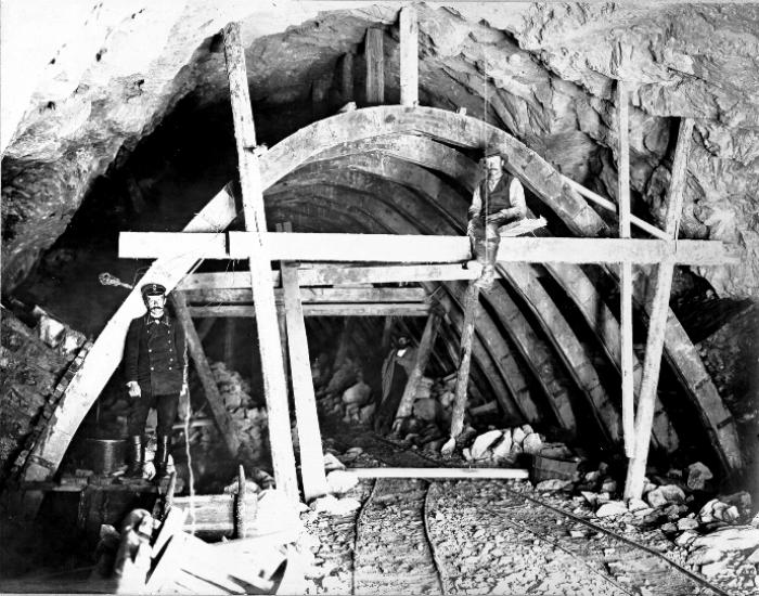 Даже строительство коротенького тоннеля в скале сто лет назад - тяжелейший труд. /Фото: baikaltrain.ru