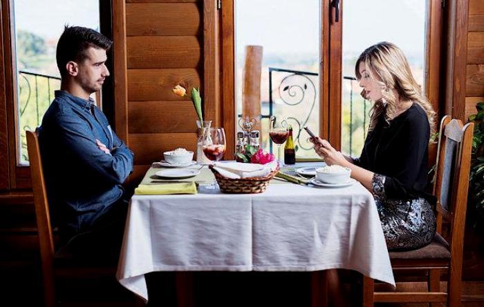 Сидеть правильно за столом не так то просто. /Фото: passion.ru