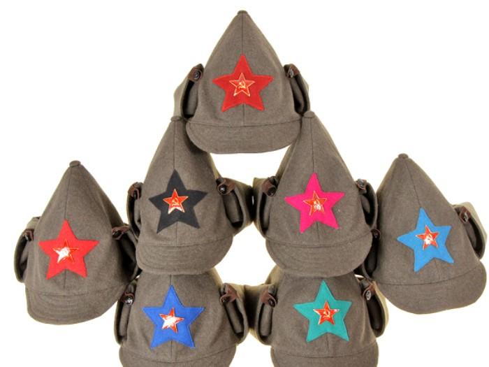 Буденовки образца 1924 года - цвет суконной звезды означает принадлежность к определенному роду войск. /Фото: antikvariat.ru