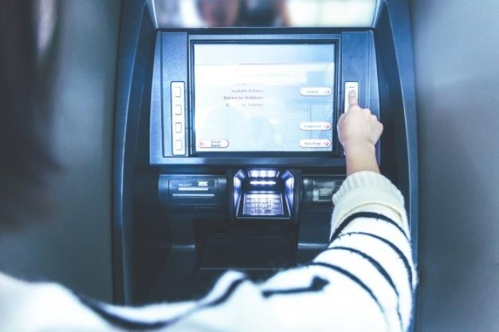 Принцип работы банкомата разработали с заботой о забывчивых клиентах. /Фото: freepik.com