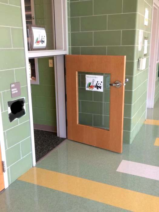 Двери для всех ростов и возрастов. /Фото: happyfacts.me