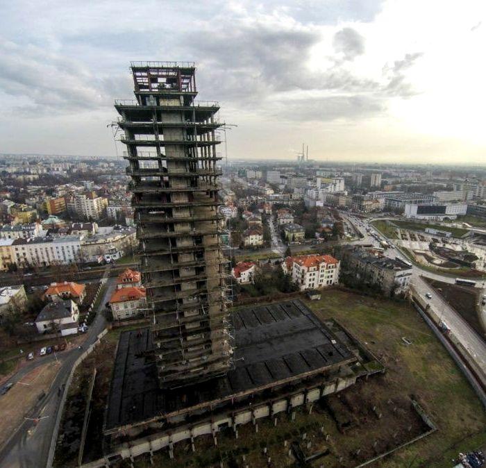 Сегодня многообещающий проект стал местом для размещения рекламы. /Фото: biznes.lovekrakow.pl