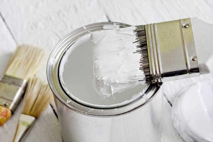 Именно белая краска лучше всего подходит для охлаждения. /Фото: vmirekraski.ru