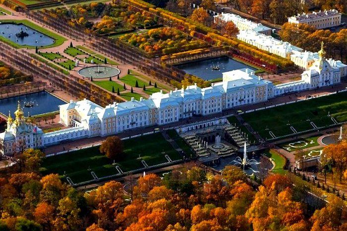 Большой дворец в Петергофе, вид сверху. /Фото: putidorogi-nn.ru