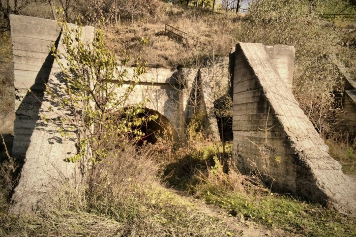 Вход в бункер так сразу и не найдешь. /Фото: drive2.ru