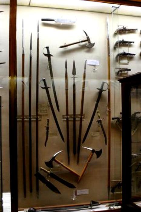 Абордажное оружие в экспозиции музея в Мадриде. /Фото: tripadvisor.com
