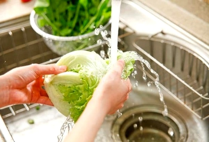 Капусту стоит промывать не только сверху, но и под листочками. /Фото: knaschool50.ru