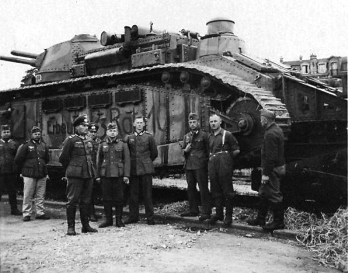 Немецкие солдаты возле французского танка Char 2C. /Фото: pikabu.ru