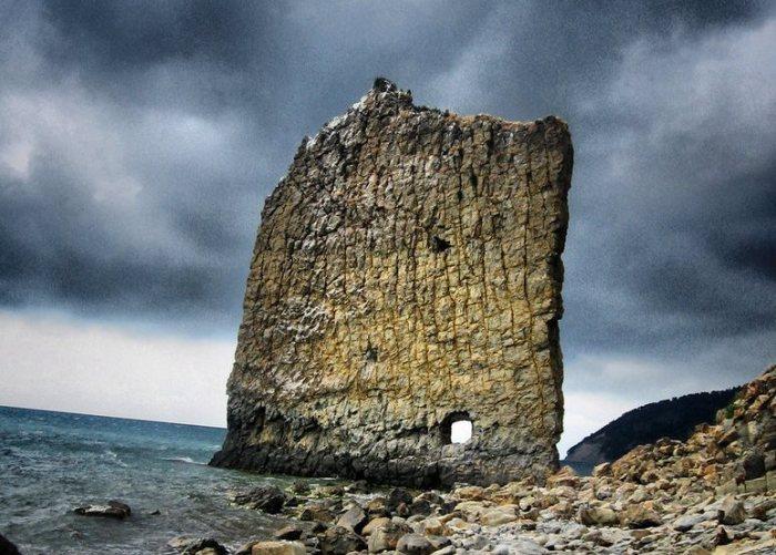 Загадочная черноморская скала. /Фото: charismaticplanet.com