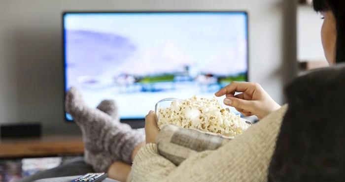 Просмотр сериалов порой отнимает слишком много времени. /Фото: cosmo.kz