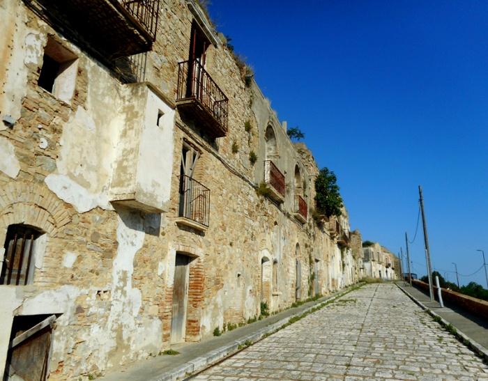 Сегодня по этим улочкам ходят разве что туристы да бродяги. /Фото: spinningtheglobe.it