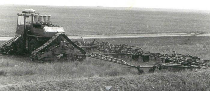 ТЭТ-1000 во время испытаний с с\х орудиями. /Фото: drive2.ru