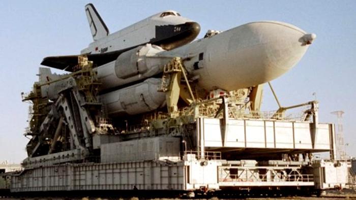 Ракетно-космическая система «Энергия» и многоразовый челнок «Буран» на Байконуре. 1988. /Фото: iz.ru