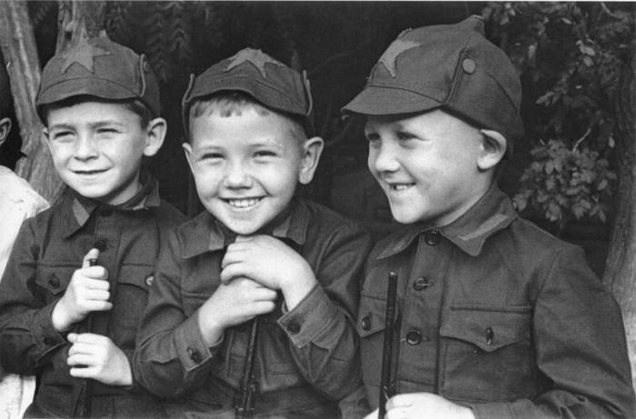 Советские дети в буденовках. /Фото: back-in-ussr.com