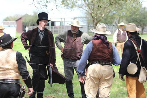 Из-за колючей проволоки конфликт скотоводов и фермеров обострился. /Фото: fortbendstar.com