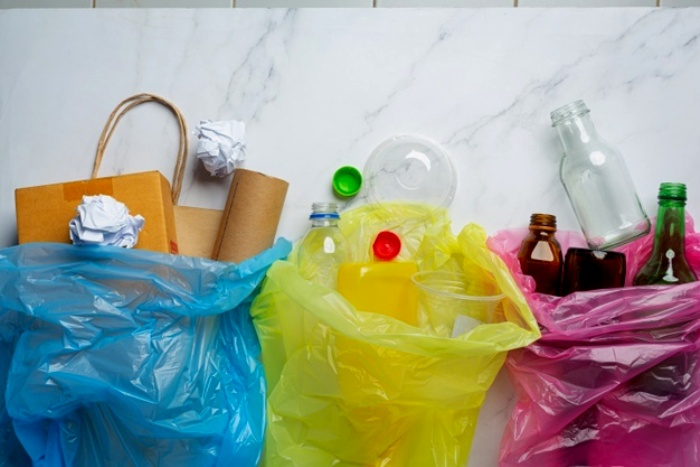 Трудно представить, сколько мешков с мусором потребуется для создания целого острова. /Фото: freepik.com