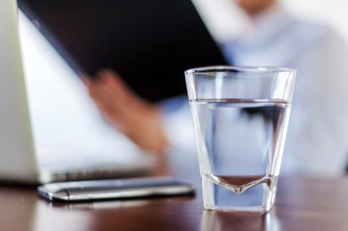 Далеко не каждый клиент может получить бесплатно стаканчик воды. /Фото: freepik.com