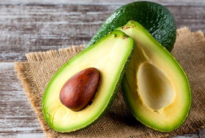 Многие срезают у авокадо слишком много. /Фото: theworldnews.net