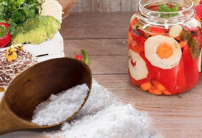 Применять обработанную йодом соль для закруток можно без опасений. /Фото: ogorod.ru