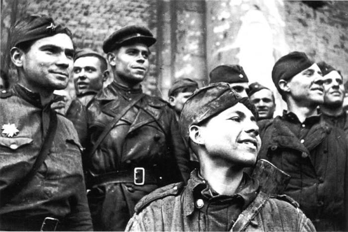 Вот и на ступенях рейхстага стояли бравые гладковыбритые красноармейцы. /Фото: 2w.su