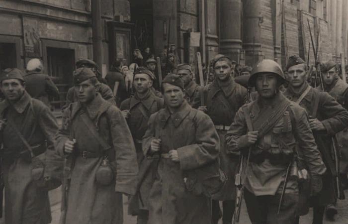 Солдаты из Ленинграда идут на фронт, первые дни войны. /Фото: prlib.ru