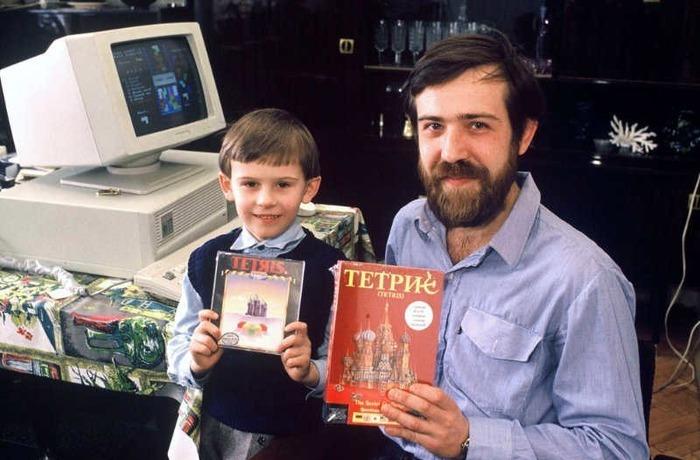Алексей Пажитнов с сыном и его изобретением - тетрисом. /Фото: denvistorii.ru