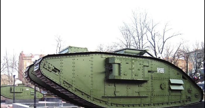 Британский тяжелый танк Mk V, которым первоначально укомплектовывались танковые корпусы США. /Фото: youtube.com