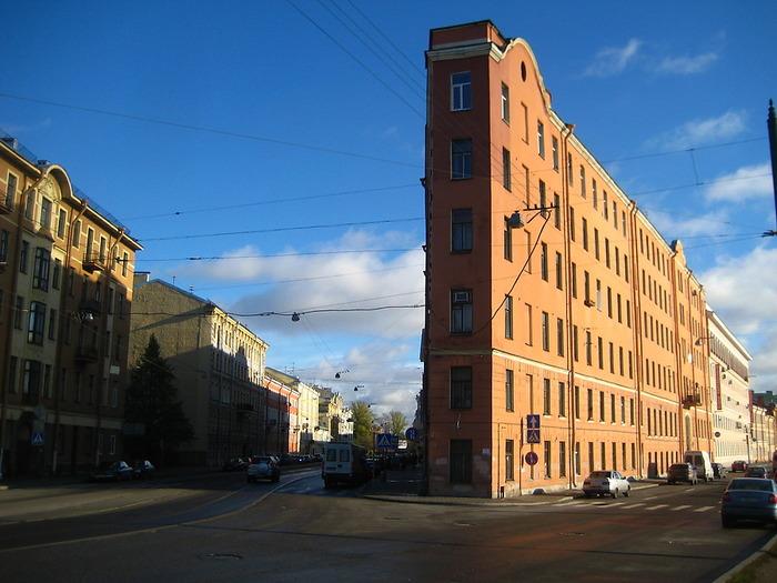 Дом-утюг из Северной столицы. /Фото: culttourism.ru