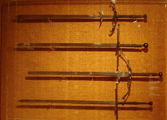 Двуручные мечи были самыми разными. /Фото: dic.academic.ru